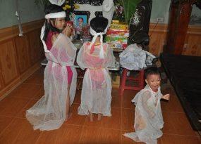 ba đứa trẻ bơ vơ, xót xa cảnh đứa trẻ bơ vơ, tai nạn giao thông