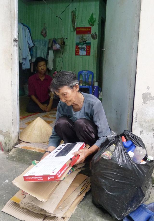 xót thương mẹ già nhặt ve chai nuôi con bệnh nặng