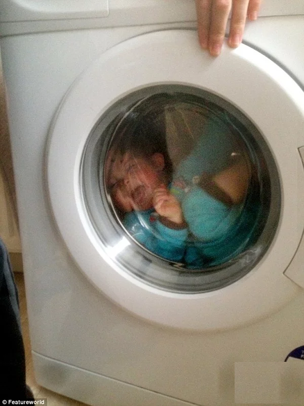 bỏ con vào máy giặt rồi chụp ảnh đăng lên facebook