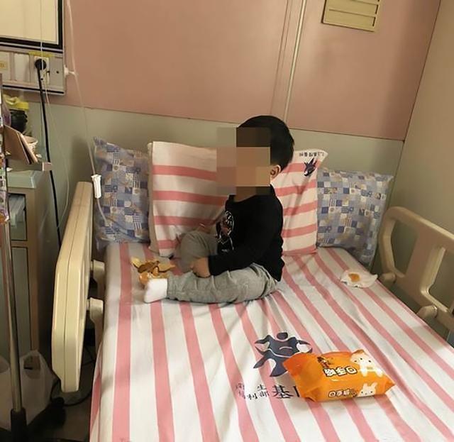 Cậu bé 3 tuổi bị bỏ đói gào khóc trong căn nhà khóa cửa với thi thể 2 ông bà