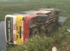 xe bus lật nhào xuống ruộng