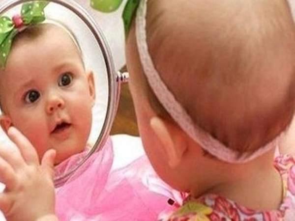 Đó có thể là đồ chơi xúc xắc, đồ chơi bóp ra âm thanh, vòng chuông hoặc đồ chơi làm bằng silicon cho bé gặm nướu lúc mọc răng.