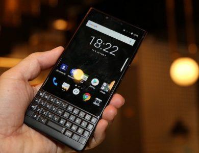 BlackBerry KEY2 với bàn phím QWERTY.