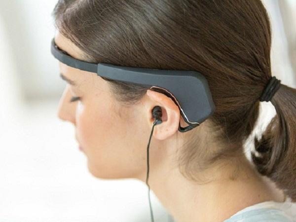 Máy sử dụng cảm biến dọc theo vùng đầu để đo lường hoạt động trong não.
