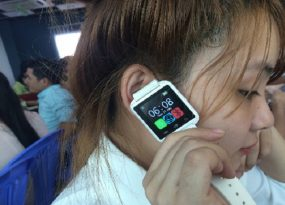 Thiết bị theo dõi sức khỏe thông thường có thiết kế như một chiếc đồng hồ điện tử.